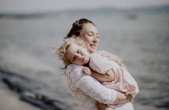 mère et enfant à la plage